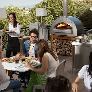 Cooking a pizza in an open kitchen: how to put on a show in your restaurant